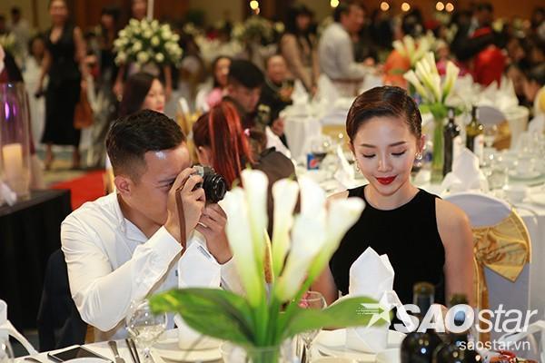 Hoàng Touliver ghi lại khoảnh khắc đẹp cho Tóc Tiên.
