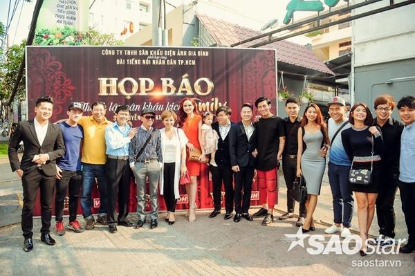 Cặp đôi Thượng ẩn phiên bản Việt và các văn nghệ sĩ cùng nhau chụp ảnh lưu niệm trước khi ra về.