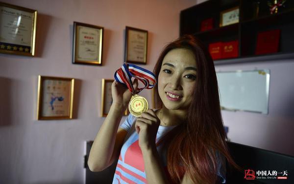 Cột múa bằng thép trông có vẻ lạnh lẽo nhưng thực chất luôn ấm nóng bởi được truyền ngọn lửa đam mê từ Tiểu Duyên. Năm 2011, cô đạt danh hiệuquán quân giảiTài năng các trường đại học.Năm 2012 với huy chương vàng giảiVô địchMúa cột Trung Quốc.Năm 2013 với huy chương vàng giảiVô địch Múa cột Quốc tế Malaysia. Và rất nhiều giải thưởng cao quý khác.