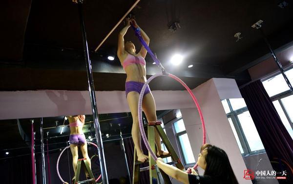 Phòng tập của Tiểu Duyên ngoài múa cột còn huấn luyện múa lụa, múa vòng và những loại hình múa trên không khác. Bất kỳ thay đổi nào về dụng cụ tập, cô đều thử trước để đảm bảo chắc chắn an toàn trước khi cho các học viên của mình tập luyện.