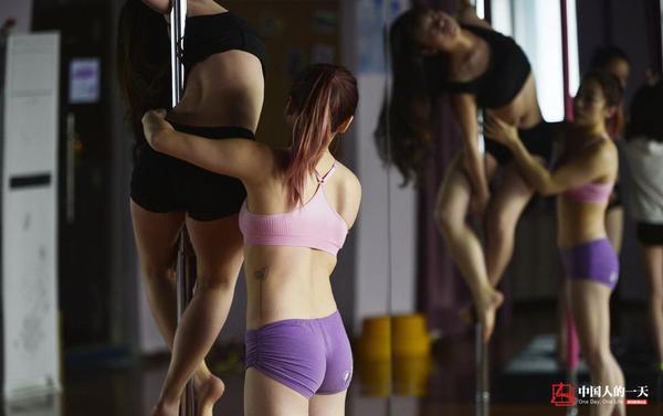 Tiểu Duyên hướng dẫn một bạn gái trẻ tập múa cột. Mục tiêu của cô giờ đây là mang bộ môn độc đáo này đến với nhiều cô gái Trung Quốc hơn nữa.