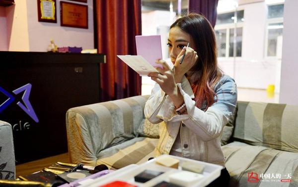 Ban ngày huấn luyện, ban đêm Tiểu Duyên lại đi diễn. Trước khi chạy show, cô trang điểm kỹ lưỡng.