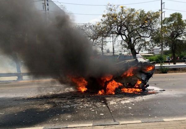 Chiếc xe Ford Fiesta của cặp đôi xấu số bốc cháy ngùn ngụt trên đường cao tốc.