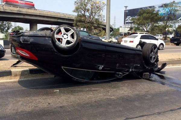 Xe của Janepob Verraporn lật ngửa.