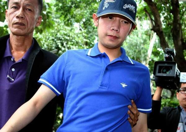 Vorayuth Yoovidhya được người thân dìu khỏi ống kính phóng viên.