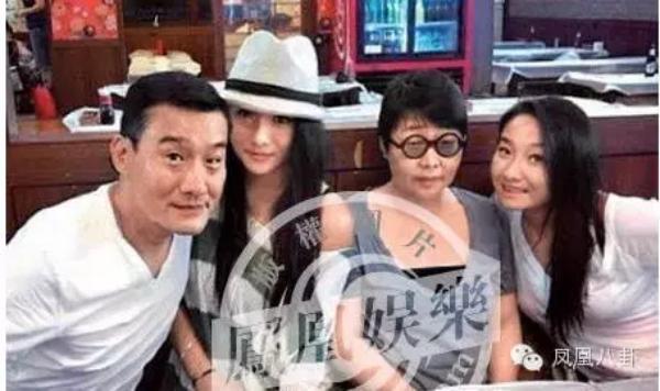 Ảnh chụp với gia đình, Lương Gia Huy vẫn phong độ nhưng vợ anh khá béo và phù.