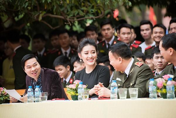 Huyền My vui vẻ trò chuyện với các thành viên trong ban giám khảo cuộc thi.