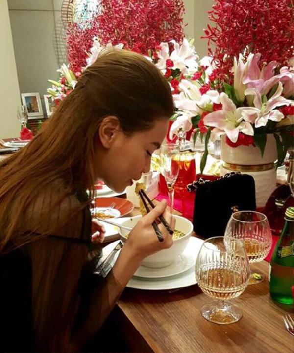 Nữ ca sĩ ngồi ăn ngon lành.