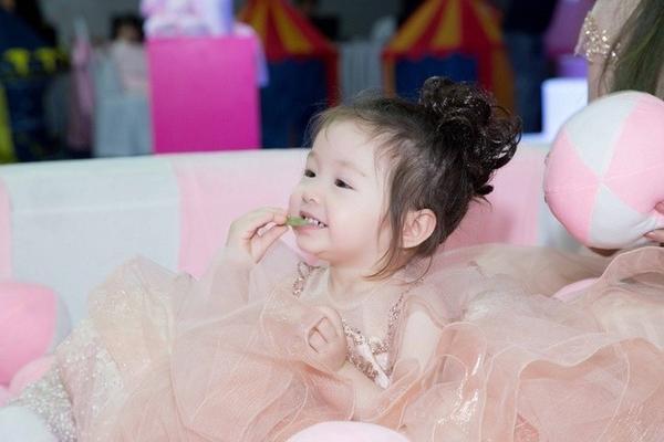 Elly Trần chia sẻ bé Mộc Trà gần hai tuổi đã biết chăm sóc mẹ hay dỗ dành em trai Alfie mỗi lúc em khóc.