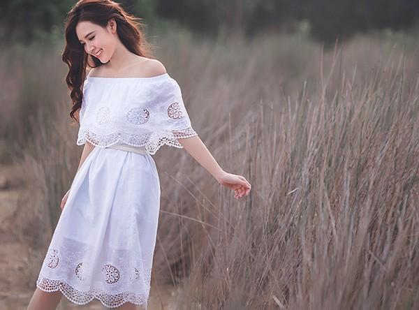 Midu như nàng công chúa bước ra từ cổ tích với bộ váy trắng nhẹ nhàng.