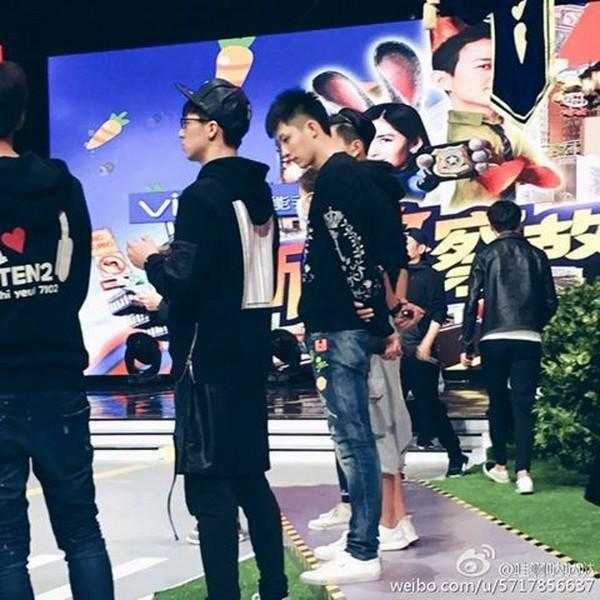 Ánh mắt nhìn của Cảnh Du hướng về Ngụy Châu khi đứng cùng các nghệ sĩ.