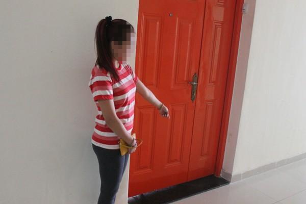 Khi chị T loay hoay mở cửa thì tên cướp tấn công để giật túi xách nhưng bất thành.