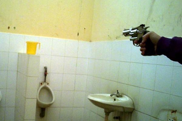 Đầu đạn khiến ca nước bị thủng lỗ.