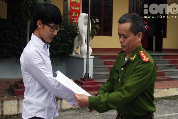 Hiếu nhận quyết định ra tù trước thời hạn từ lãnh đạo Trại giam Thanh Lâm.