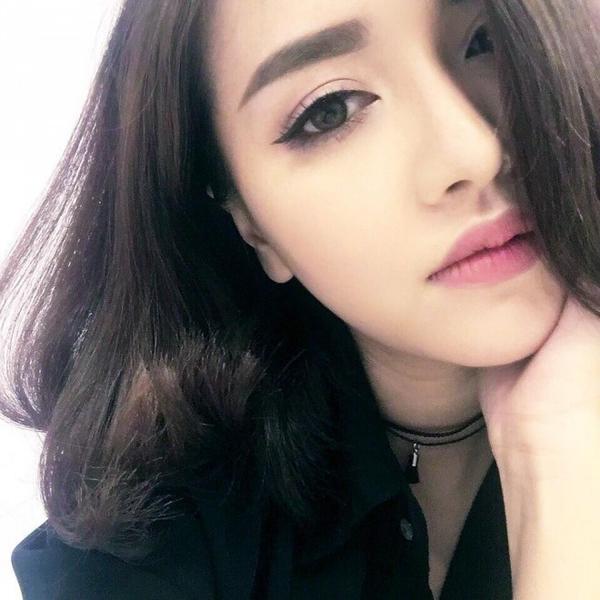 Cô gái với bản hit Mình yêu nhau đi trong bức ảnh selfie như thế này mang một vẻ đẹp khó cưỡng. Hãy học hỏi cô ấy về góc độ chụp và cách dùng tóc của mình như một điểm mạnh để che đi gương mặt bầu bĩnh.
