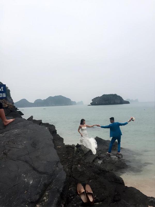 Những khoảnh khắc nhí nhảnh của cô dâu - chú rể trên bờ biển Cát Bà.