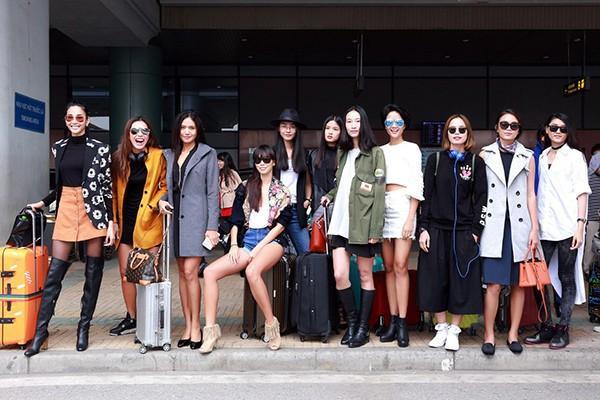 """Dàn người mẫu cùng nhau khoe dáng chuẩn ở sân bay Nội Bài. Ngay sau đó, tất cả cùng di chuyển về Cung Thể thao Quần Ngựa để chuẩn bị cho show diễn thời trang """"The Dream of Santorini"""" vào tối mai 30/3."""