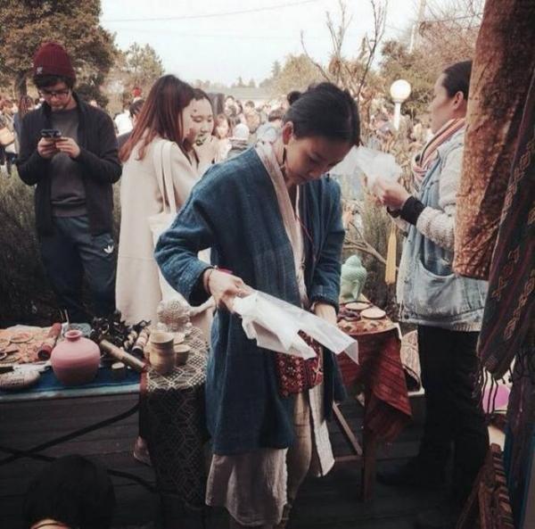 Trong bức ảnh Nguyễn Ngọc Thạch đăng tải, Lee Hyori giản dị tại khuôn viên nhà hàng ăn chay của mình.
