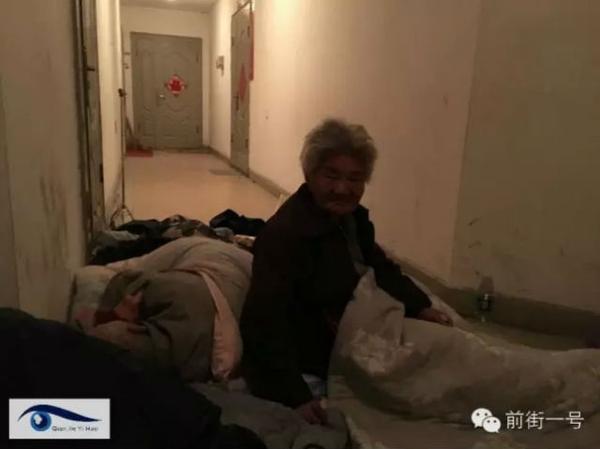 Cặp vợ chồng 77 tuổi phải ngủ ngoài hành lang gần nhà con trai