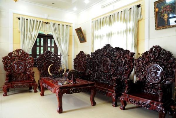 Nội thất trong ngôi nhà rất bề thế gồm rất nhiều món đồ gỗ có giá trị lớn.