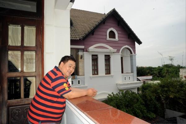 Anh tự hào khoe về căn nhà của mình trong một chương trình với nghệ sĩ hài  Anh Vũ..