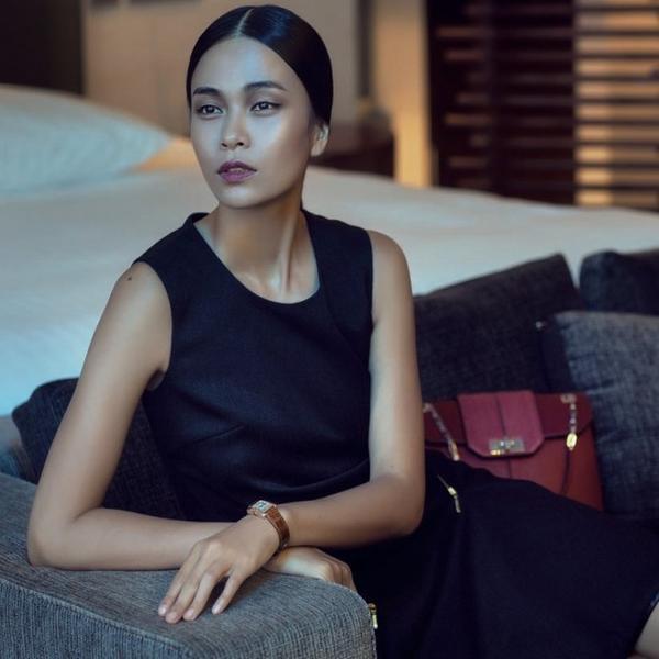 Mái tóc ngôi giữa mang hơi hướm phong cách của Dolce & Gabbana có vẻ khá hợp với nàng.