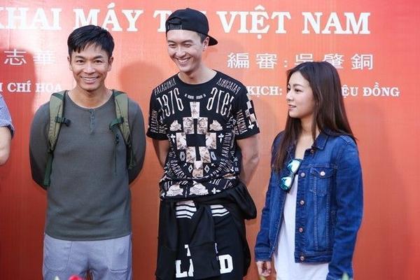 Diễn viên trẻ Vương Hạo Tín (ở giữa) là người sôi nổi nhất đoàn phim. Anh thường trêu trọc đồng nghiệp bằng những câu nói và hành động hài hước.