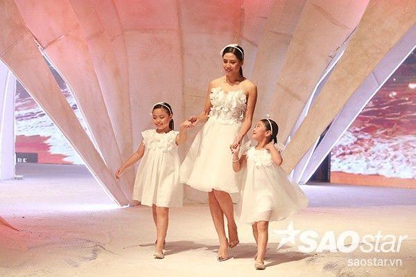 """Đúng như tên gọi """"Like Mother Like Daughter"""", phần một của show diễn tập trung vào các trang phục dạo phố dành cho các bà mẹ và con gái. Hoa hậu Biển Nguyễn Thị Loan rạng rỡ bên hai mẫu nhí là bé Suti (con gái Thúy Hạnh) và bé Chíp (con gái diễn viên Mạnh Trường)."""
