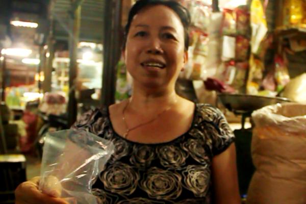 Bà Tuyết một tiểu thương chợ Tuy Hòa khẳng định bà chỉ bán mè quê đảm bảo rất sạch, an toàn.