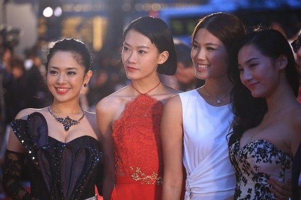 Sola Aoi (trái) trên thảm đỏ phim Lazy Hazy Crazy.