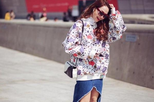 Minh Hằng cũng không quên update những hình ảnh mới nhất của cô ấy từ Seoul Fashion Week vừa qua cùng kiểu tóc đơn giản nhưng hiệu quả này.