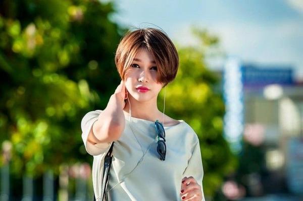 Nàng stylist Diệp Linh Châu chọn lựa mái tóc cuốn vở với style đậm chất retro 90s.