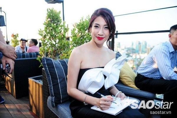 Pha Lê xuất hiện xinh đẹp trong buổi họp báo.