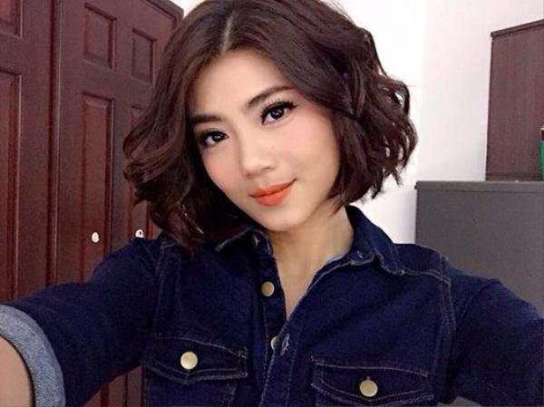 Với mái tóc bob được xử lý xoăn nhẹ nhàng, vẻ đẹp của  VJ Đàm Phương Linh trở nên sống động hơn trong đôi môi cam đào qua bàn tay của make up artist Hi Won.