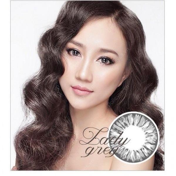 Hồng Loan khá thông minh khi chọn lựa cách kẻ eyeliner không quá sắc xảo, nhấn nhá vừa đủ để giúp mắt trông tự nhiên nhất có thể.