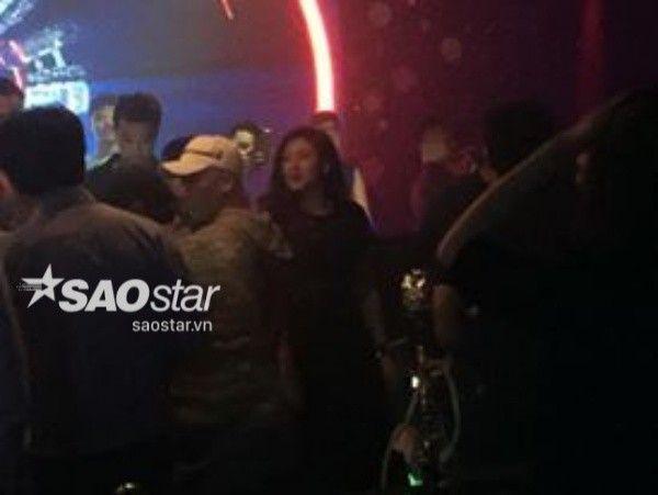 Á hậu đứng ngay cạnh nam ca sĩ Big Bang.