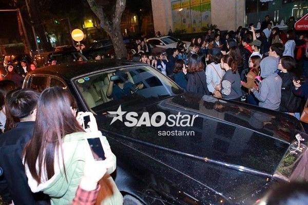 Một số fan tình cờ biết được thông tin sau đó đã theo chân Seung Ri.