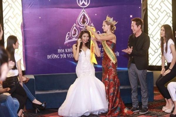 Nhân sự kiện trao lại vương miện cho Á hậu 1 người Úc, Ngài chủ tịch cuộc thi Miss Grand đã đích thân sang Việt Nam để trao giải băng Miss Grand Việt Nam như một lời mời chính thức cô tham gia cuộc thi naỳ năm 2016. Ông cũng chia sẻ, mục đích lớn nhất mình đến Việt Nam chính là mời Lan Khuê tham gia cuộc thi này.