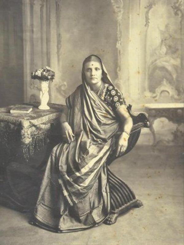 Lịch sử ghi lại, sari được nhắc đến lần đầu tiên đó là trong sử thi của Ấn độ, và được xem là một di sản nghệ thuật có 5.000 năm tuổi. Trong thời kỳ Hy Lạp cổ đại, sari được kết cấu từ hai mảnh vải dài, một mảnh dùng để quấn xung quanh cơ thể, trong khi mảnh còn lại thì vắt chéo ngang bán thân và vai. Phần cuối vải thừa có thể để buông hoặc vắt ra sau lưng.