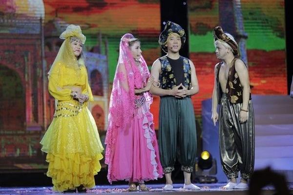 """Vở thứ 2 mang tên """"Alagim và thần ve chai"""" với sự tham gia của các nghệ sĩ: Trung Dân (vua cha), Trấn Thành (Alagim), Khả Như (công chúa Anac Xênamông), La Thành (Alagu), Ngô Kiến Huy (hoàng tử nước láng giềng Lân Bang), Huỳnh Lâp (Bà vú), Tiến Luật (Thông dịch viên), Thu Trang (Thần ve chai), Yaya Trương Nhi (công chúa - lúc hóa phép), Dũng Nhỏ và Hồng Thanh (vai lính hoàng cung)."""