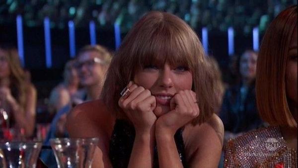 Taylor không một giây rời mắt khỏi người đàn ông tuyệt vời của mình đang trên sân khấu.