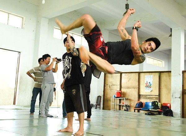 """Đảm nhận vai trò quan trọng trong """"Truy Sát film concert"""", diễn viên Thiên Nguyễn chia sẻ: """"Tôi có cơ hội làm đạo diễn hành động cho live concert này và chương trình sắp tới sẽ có nhiều cảnh võ thuật, hành động đặc biệt ở cả trên cao lẫn trên sân khấu""""."""