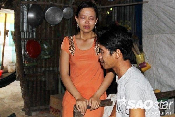 Vợ của nam phụ lái khóc nức nở vì mừng khi chồng được thả về.