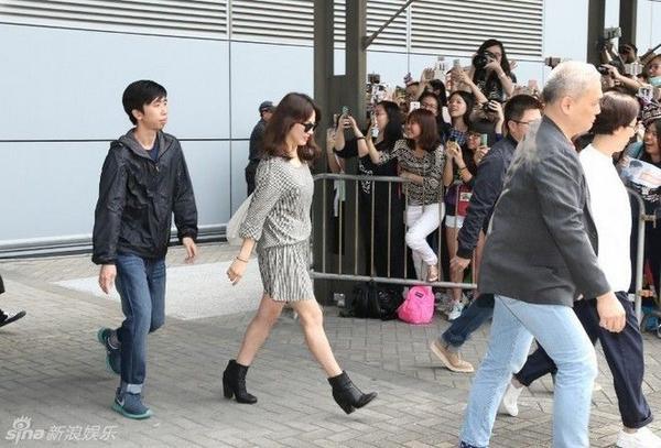 Song Hye Kyo mặc giản dị khi xuất hiện ở sân bay Hong Kong vào chiều 4/4.