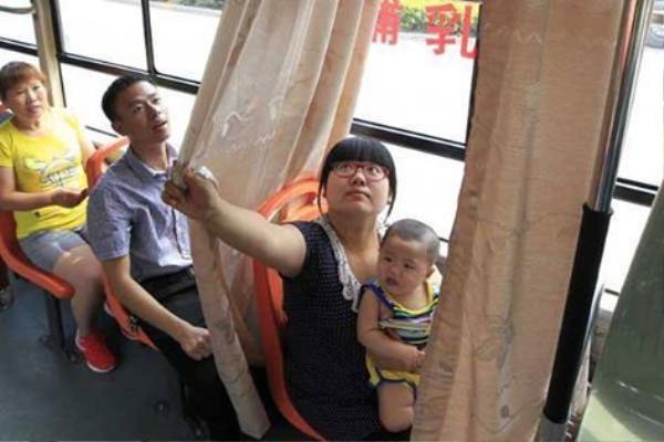 Chuyến xe bus số 906 tại Trịnh Châu, Hà Nam, Trung Quốc có trang bị hệ thống rèm để các mẹ cho con bú