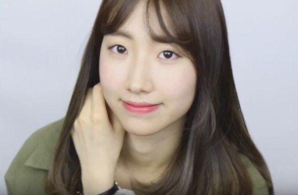 """Video của vlogger BaeBae cũng rất dễ bắt chước theo với cách trang điểm mắt tối giản nhất có thể. Không chỉ sử dụng đúng màu son mà Song Hye Kyo từng dùng trong tập đầu tiên của """"Hậu Duệ Mặt Trời"""", cô nàng dễ thương này còn tận dụng luôn cây son để đánh má hồng giúp cho khuôn mặt trở nên rạng rỡ, hồng hào hơn."""