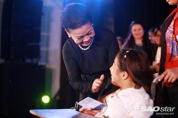 Khánh Ly kể,  cuộc đời dạy cho tôi rất nhiều, tôi học được ở cuộc đời, ở mọi người sự tử tế. Tôi cố gắng theo, để không bao giờ phải xấu hổ với đời.