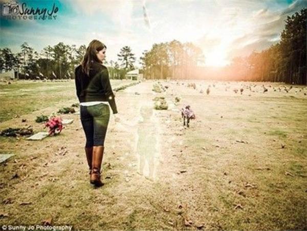 Hình ảnh Ditty nắm tay con gái đi trong nghĩa trang khiến không ít người phải xúc động.