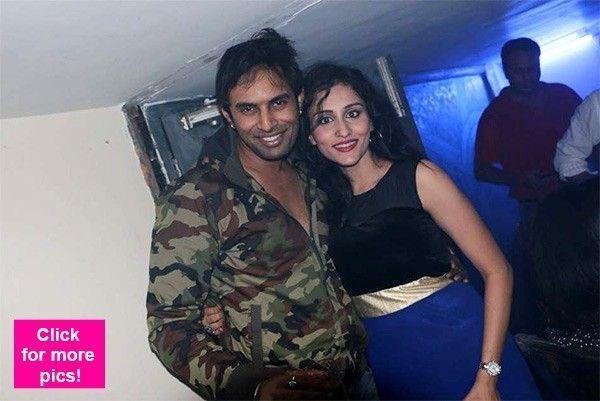 bị nghi ngờ ngoại tình với Saloni Sharma khiến nữ diễn viên Cô dâu 8 tuổi quá đau khổ.