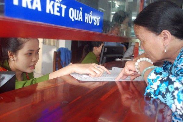 Khi đưa vào ứng dụng việc trả lời kiến nghị cho dân và du khách sẽ nhanh chóng hơn. Trong ảnh người dân hỏi thủ tục hành chính ở Q.Thanh Khê, Đà Nẵng.